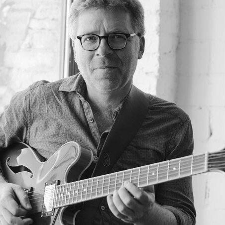 Foto: Fabian Kalbitzer mit Gitarre